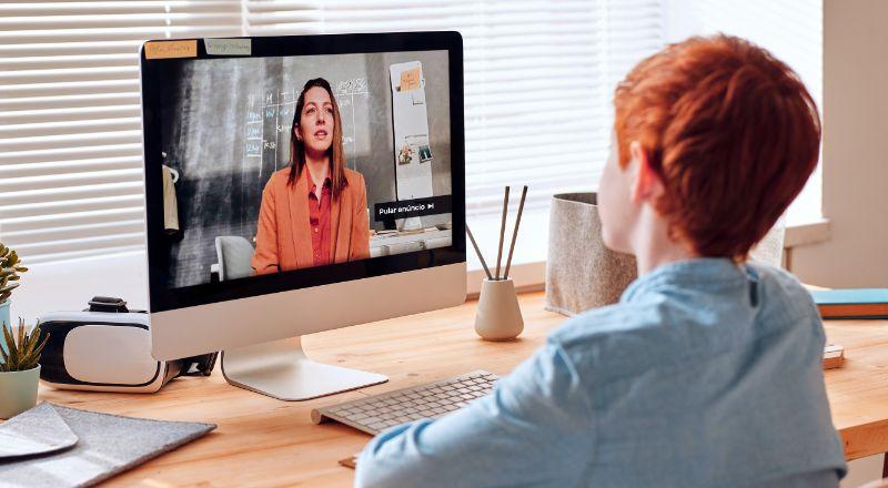 Mulher ruiva assiste vídeo sobre as mudanças do Google na política para menores de 18 anos